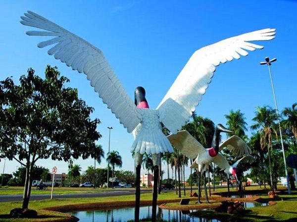 Praça Cuiabá. Praça central de Campo Grande. Obelisco de Campo Grande.  Ônibus turístico ou City Tour. Monumento à imigração japonesa. 34bc47156bd8f